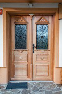 15. Vhodna macesnova vrata narejena po skici