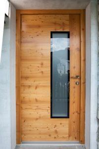 10. Vhodna macesnova vrata z grčami in steklom