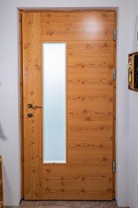 11. Vhodna macesnova vrata z grčami in steklom