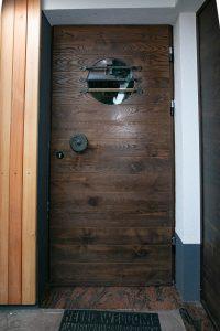 12. Vhodna smrekova vrata barvana po posebni tehniki s posebnimi dodatki