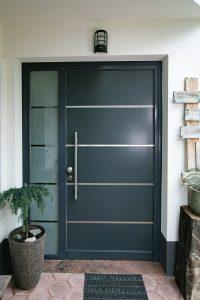 13. Vhodna smrekova vrata barvana po RAL-u z obsvetlobo