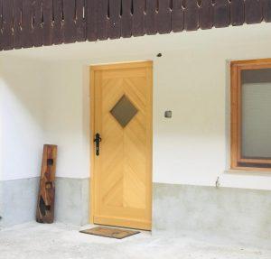 17. Vhodna smrekova vrata z izgledom ribje kosti