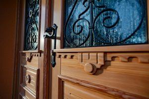 6. Vhodna macesnova vrata narejena po skici