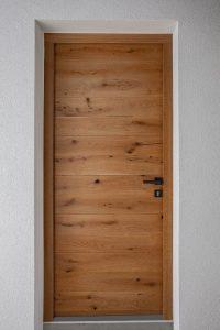 7. Vhodna hrastova vrata z črno kljuko