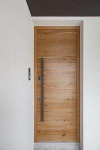 8. Vhodna hrastova vrata z ročajem in čitalcem prstnega odtisa